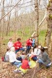 Взрослые и дети рассматривая гнездо птицы в центре деятельности Стоковые Фотографии RF