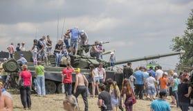 Взрослые и дети учат танк T-90 Стоковые Изображения