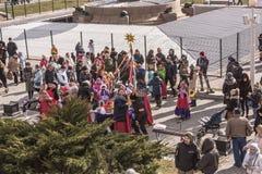 Взрослые и дети Maslenitsa- идут в парк к Shrovetide Стоковые Изображения
