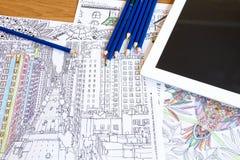 Взрослые книги расцветки с карандашами, новой тенденцией сбрасывать стресса, персоной концепции mindfulness крася иллюстративной Стоковое фото RF