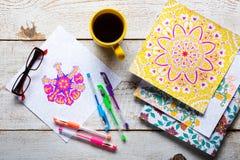 Взрослые книжка-раскраски, новая тенденция сбрасывать стресса Стоковое Изображение RF