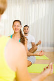 Взрослые на практике йоги группы Стоковое фото RF