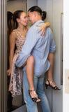 Взрослые пары имея секс на лифте Стоковое Фото