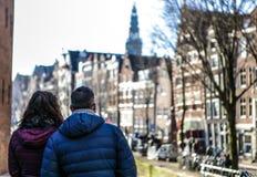 Взрослые пары туристов наблюдающ красивым городом Амстердама Стоковое Фото