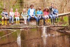 Взрослые с детьми на мосте в центре мероприятий на свежем воздухе стоковая фотография rf
