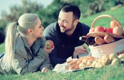 Взрослые с яблоками в природе Стоковые Фото