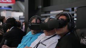 Взрослые люди погружены в виртуальном мире сток-видео