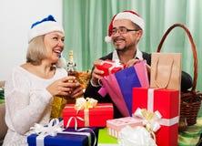 Взрослые люди подготавливая для праздновать рождество Стоковое Изображение
