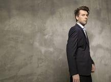 Взрослый бизнесмен нося черный костюм Стоковое Фото