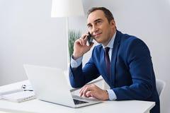 Взрослый бизнесмен работая в офисе Стоковые Фото