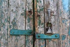 взрослый замок владением ручки двери ребенка к Стоковая Фотография