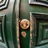 взрослый замок владением ручки двери ребенка к Стоковые Изображения
