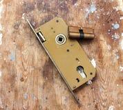 взрослый замок владением ручки двери ребенка к Стоковое Изображение RF