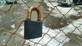 взрослый замок владением ручки двери ребенка к Стоковое Фото