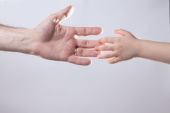 взрослый и child& x27; нежность помощи руки s касающая стоковые изображения rf