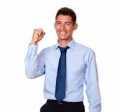 Взрослый красивый бизнесмен празднуя его победу стоковые фотографии rf
