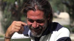 Взрослый мужчина используя таблетку видеоматериал