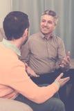 Взрослый переговор отца и сына дружелюбный Стоковое Фото
