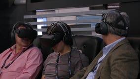 Взрослый укомплектовывает личным составом используя шлемофоны виртуальной реальности шестерни видеоматериал