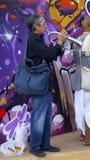 Взрослый человек играет серебряную трубу в улице Стоковые Изображения