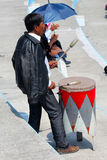 Взрослый человек используя деревянное тамбурин Стоковое Фото