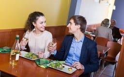 Взрослый человек и девушка беседуя как имеющ дату Стоковое Изображение