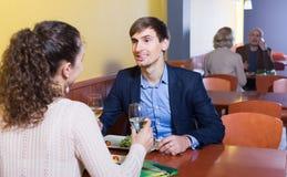 Взрослый человек и подруга беседуя как имеющ дату Стоковая Фотография