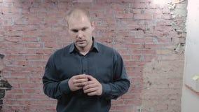 Взрослый человек показывает нервозность на камере беспокойство касатьться рук audubon active сток-видео