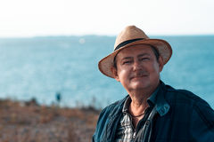 Взрослый человек с усиком в соломенной шляпе Стоковые Изображения