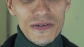 Взрослый человек с щетинкой поет песню в передней камере рот открытый зубы белые видеоматериал