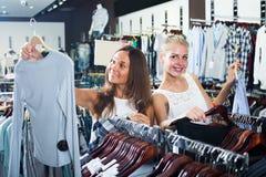 2 взрослых девушки ходя по магазинам совместно Стоковое Изображение RF