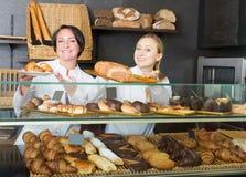 2 взрослых женщины с десертами в магазине печенья Стоковое Фото