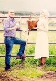 2 взрослых наемного сельскохозяйственного рабочего принимая перерыв Стоковые Фотографии RF