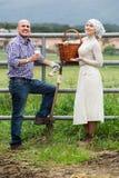 2 взрослых наемного сельскохозяйственного рабочего принимая перерыв Стоковая Фотография RF
