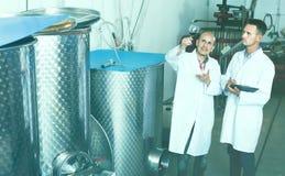 2 взрослых работника стоя с бокалом вина Стоковое фото RF