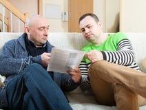 2 взрослых друз говоря дома Стоковые Изображения RF
