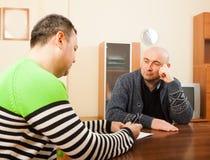 2 взрослых друз с документами Стоковые Фото