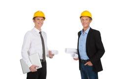 2 взрослых люд держа бумаги. Стоковые Изображения