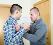 2 взрослых люд имея бой Стоковая Фотография