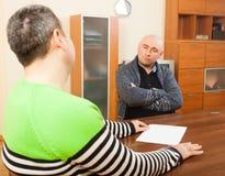 2 взрослых люд обсуждая что-то Стоковое Изображение RF