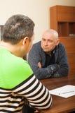 2 взрослых люд обсуждая что-то Стоковая Фотография RF