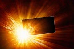 Взрывая мобильный телефон, перегревая гальванические элементы, ба smartphone стоковое фото rf