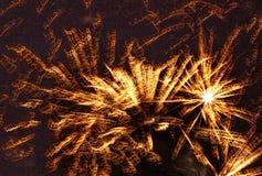 Взрывая ракеты в ночном небе стоковые фото