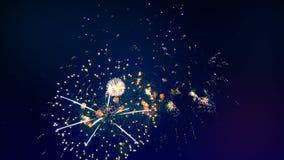 Взрывая фейерверки в ночном небе видеоматериал