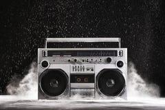 взрывное устройство и пыль гетто 1980s серебряное ретро изолированные на черном острословии Стоковые Фотографии RF