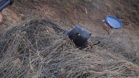 Взрыв корокоствольного оружия в старое ведро на растояние Конец-вверх удара в замедленном движении сток-видео
