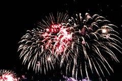 Взрыв пестротканых фейерверков в Дубай против ночного неба на праздниках торжеств Нового Года стоковое фото