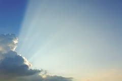 Взрыв световых лучей на ясном голубом небе Стоковая Фотография
