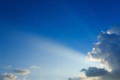Взрыв световых лучей на ясном голубом небе Стоковые Фото