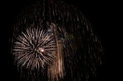 Взрыв фейерверков золота праздника стоковая фотография